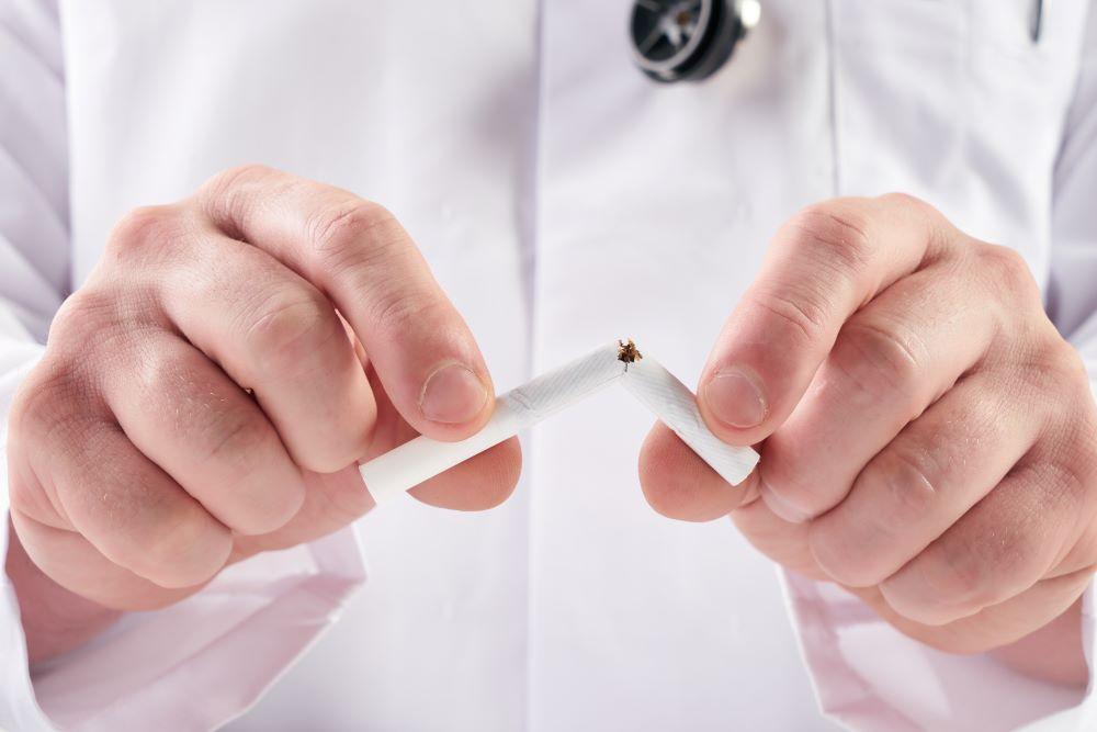 peut-on-fumer-apres-pose-implants-dentaires